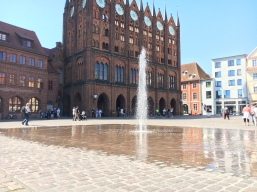 Wasserspiel vor dem Rathaus in Stralsund.
