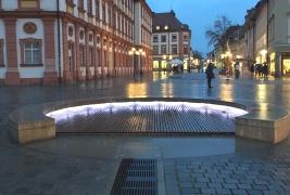 Wasserspiel in der Fußgängerzone vorm Schloss in Bayreuth.
